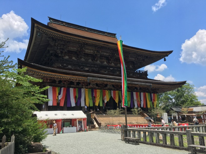Zaodo,the main hall of Kinpusenji Temple, was decked out in banners of five colours as part of the festival celebrations. The five colours have many associations, including with the elements.